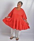 ..Tuniek/ jurk, la Bass rood, gerimpeld vanaf de taille, zakken met strik op voorpand, grote A-lijn, katoen_