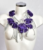 Myrjo, grijs/ paarse handgemaakte stoffen ketting met bloemen._