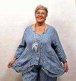 Jasje/vest, jeansblauw met knoopsluiting, linnen lange mouwen, onderrand bestaande uit kant, asymmetrisch_