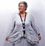 Jasje/vest, licht grijs met knoopsluiting, linnen lange mouwen, onderrand bestaande uit kant, asymmetrisch_