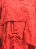 Tuniek rood, gedeeltelijk tweelaags, broderie, ophaaltjes, lange mouwen, ronde hals_