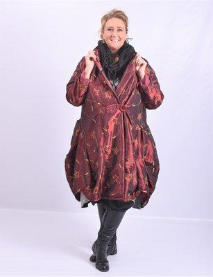 ..Lange jas, La Bass, glanzend bordeaux met print zwart, bollingen onderaan, sjaalkraag