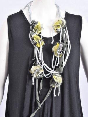 Myrjo mooie ketting grijs/groen/geel met roosjes,