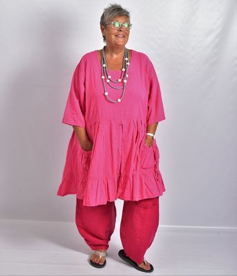 ..Tuniek/ jurk, la Bass fuchsia, gerimpeld vanaf de taille, zakken met strik op voorpand, grote A-lijn, katoen