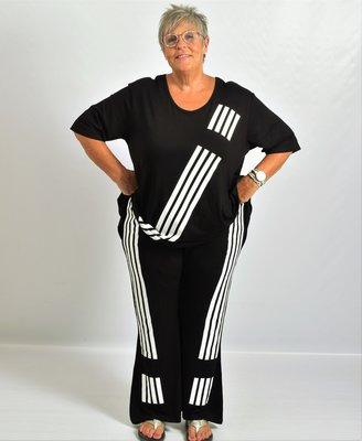 Broek zwart met witte streepprint, iets uitlopende pijp, mooie kwaliteit, rekbare taille.