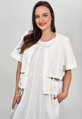 ,,Kort jasje/ blouse Kekoo offwhite, fijne ruit, knoopsluiting en ronde hals