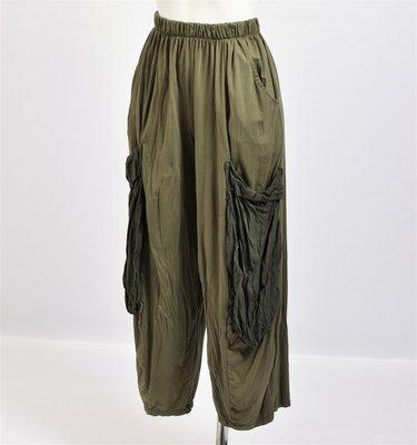 Ballonbroek groen met grote opgezette zakken die een tint lichter zijn, rekbare taille