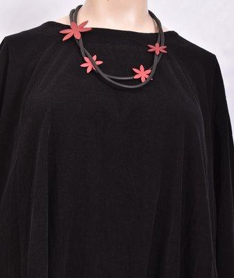 rubberen ketting, zwart, dubbel snoer met RVS rode bloemen