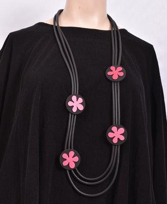 rubberen ketting, zwart, drie snoeren met rode RVS bloemen op rubberen rondjes