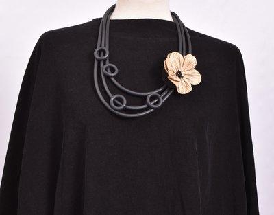 rubberen ketting, zwart, drie snoeren met beige bloem en rubberen rondjes
