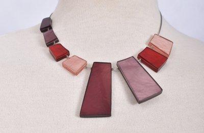 Ketting, rood/roze, asymmetrisch aluminium en hars