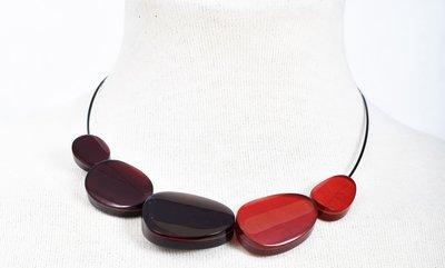 Ketting, div kleuren rood,  aluminium en hars, asymmetrisch,