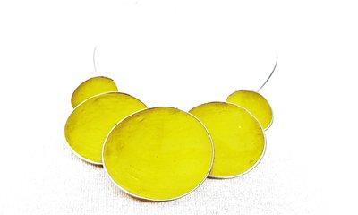 Ketting, groen, 5 cirkels van schelp/metaal.