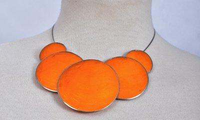 Ketting, oranje, 5 cirkels van schelp/metaal.