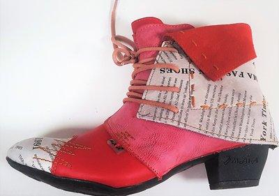 Leuke halfhoge schoen met veter, rood met letter print en leuke details, suedine-achtige flap om enkel