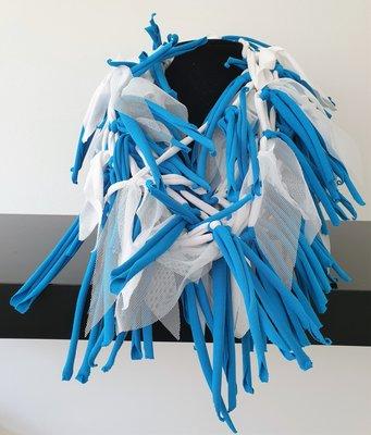 Myrjo handgemaakte stoffen ketting blauw/wit met sliertjes van stof en tule