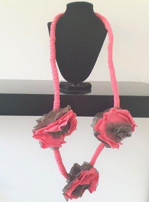 Myrjo stoffen roze/taupe handgemaakte ketting met bloemen