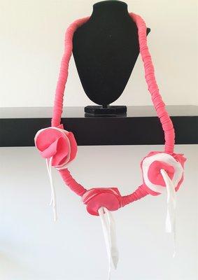 Myrjo stoffen roze/wit handgemaakte ketting met bloemen en sliertjes