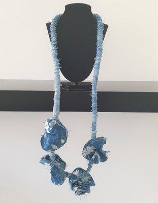 Myrjo stoffen jeansblauw/print handgemaakte ketting met bloemen