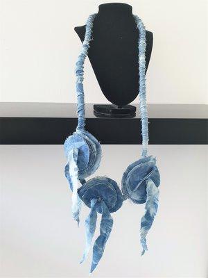 Myrjo stoffen jeansblauw/print handgemaakte ketting met bloemen en sliertjes