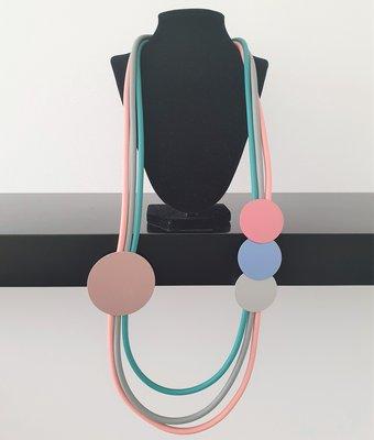 rubberen ketting, blauw/grijs/roze, meerdere snoeren met rondjes
