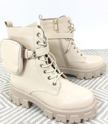 Boots, beige hoge rubberen zool, rits en vetersluiting, imitatie leder,  band met leuk tasjes