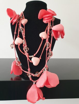 ketting, roze, met kralen, hartjes en bloemen