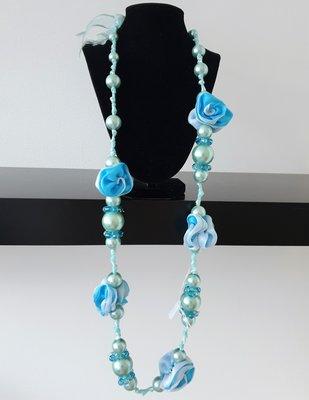 ketting, lichtblauw, met kralen en bloemen