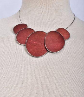 Ketting, brique, 5 cirkels van schelp/metaal.