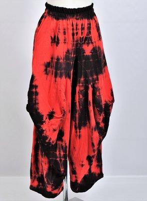 Broek La-Bass, zwart/ rood tie-die, steekzakken, bollingen op kniehoogte, rekbare taille