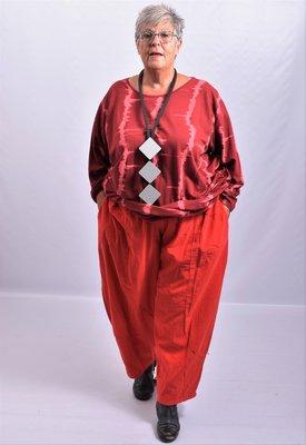 Broek, rood, fijne rib corderoi,  met steekzakken en rekbare taille, ingestikte naden