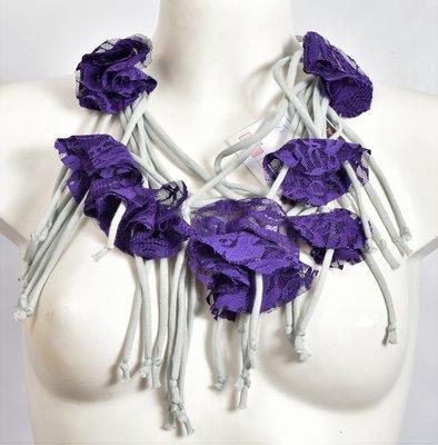 Myrjo, grijs/ paarse handgemaakte stoffen ketting met bloemen.
