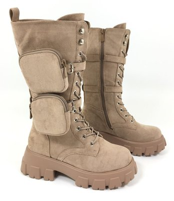 Boots/laars, hoog, licht taupe, hoge rubberen zool, rits en vetersluiting, suèdine,  band met twee tasjes.
