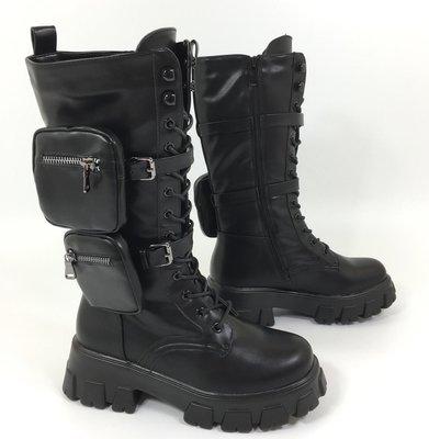 Boots/laars, hoog, zwart, met hoge rubberen zool, rits en vetersluiting, band met twee tasjes.
