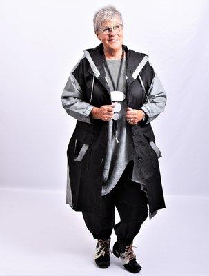 Jas, zwart/ grijs Kekoo, capuchon, knopen onderaan en leuke kleurdetails