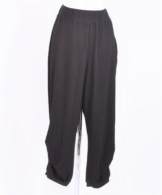 Thom B zwarte broek Thom B  viscose,  rekbare stof elastische taille, plooien onderkant broek .