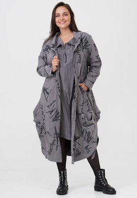 Jas lang, ballonmodel, licht grijs met print Kekoo, ritssluiting, rolkraag, leuke ingestikte plooien en steekzakken, A-lijn