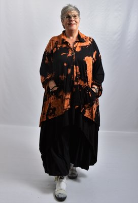 Vest ruim vallend, batik, zwart, Thom Biq, grote kraag en knoopsluiting, A-lijn, grote zakken asymmetrisch