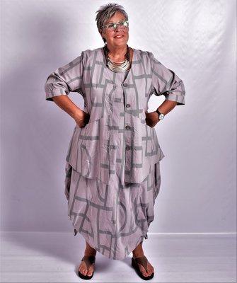 Jack/blouse taupe, halflange mouw, V-hals, diagonale naden, Kekoo, knoopsluiting.