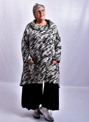 tuniek/jurk Thom B zwart/wit print,  A-lijn met lange mouw, col en zakken.