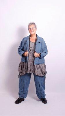 Moonshine antraciet ruime korte blouse jas met V-hals, knoopsluiting en zakken.
