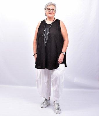 Ballonbroek, wijdvallend, wit, steekzakken, rekbare taille,  ingestikte plooien op de kniehoogte