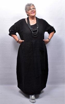 Jurk, zwart, grote zakken op voorpand, ronde hals, 7/8 mouwen met ophaallusjes, gedeelte voorpand dubbellaags,