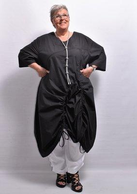 Jurk, zwart wijd vallend, la Bass, 7/8 mouwen, zakken op voorpand, ronde hals, A lijn, rimpel koordjes