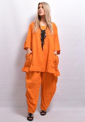 Tuniek, oranje, wijd vallend, la Bass, korte mouwen, ronde hals, zakken met aanrijgkoordjes, gedeelte volant