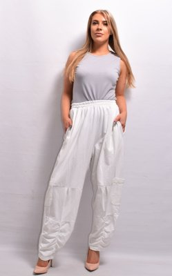 Broek, wit rekbare taille, twee steekzakken  en extra zakken op beenhoogte