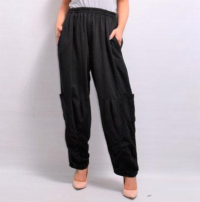 Broek, zwart, rekbare taille, twee steekzakken  en extra zakken op beenhoogte