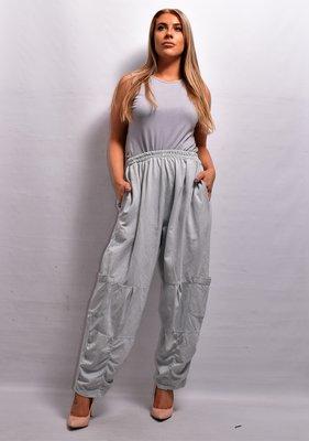 Broek, licht grijs, rekbare taille, twee steekzakken  en extra zakken op beenhoogte