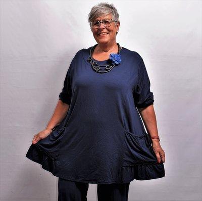 Tuniek, donker blauw, ruim vallend, la Bass, lange mouwen, ronde hals, zakken met aanrijgkoordjes en strikjes, A-lijn
