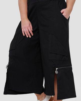 Kekoo  aparte wijde broek, zwart met  rits, rekbare taille, zakken, 7/8ste lengte, asymmetrisch, stretchstof